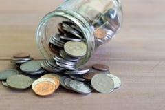 Monete su di legno con softlight Soldi di risparmio e concetto di affari di crescita di conto Baht tailandese della moneta fotografia stock