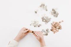 Monete su spazio bianco fotografie stock libere da diritti
