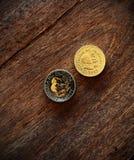 Monete su un fondo di legno Immagine Stock Libera da Diritti