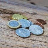 Monete sul vecchio legno ruvido di Brown Immagine Stock Libera da Diritti