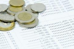 Monete sulla dichiarazione bancaria Fotografia Stock