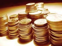 Monete sulla tabella immagine stock