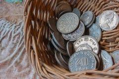 Monete in un canestro Fotografie Stock Libere da Diritti