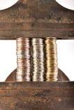 Monete in un vizio fotografia stock