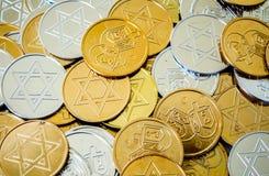 Monete variopinte di Chanukah di struttura del fondo Fotografia Stock Libera da Diritti