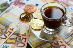 Monety Bitcoin crypto waluta i tradycyjny pieniądze - Wybór współczesny świat Inwestycje, cryptocurrency cyfrowa zapłata obrazy royalty free
