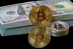 Monety bitcoin i paczka dolary Fotografia Royalty Free