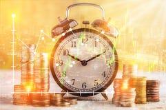 monety brogują i budzik na złotym tło biznesu concep Fotografia Stock