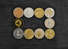 Monety curency crypto kłamstwo na czarnej drewnianej desce obrazy royalty free