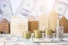monety, domu model z banknotami dolarowymi dla realestate biznesu Zdjęcia Royalty Free