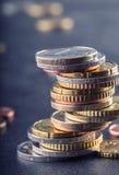 monety euro banka euro pięć ostrości sto pieniądze nutowa arkana banknot waluty euro konceptualny 55 10 Monety brogować na each i Obraz Stock