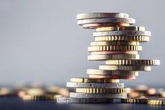 monety euro banka euro pięć ostrości sto pieniądze nutowa arkana banknot waluty euro konceptualny 55 10 Monety brogować na each i Fotografia Stock