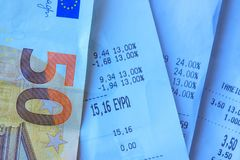 Monety i banknoty k?ama na few kwit Selekcyjna ostro?? zdjęcie royalty free