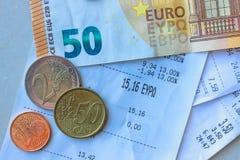 Monety i banknoty k?ama na few kwit Selekcyjna ostro?? obraz royalty free