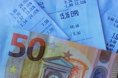 Monety i banknoty k?ama na few kwit Selekcyjna ostro?? obraz stock