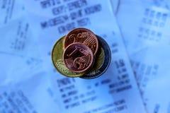 Monety i banknoty k?ama na few kwit Selekcyjna ostro?? zdjęcia stock