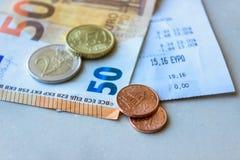 Monety i banknoty k?ama na few kwit Selekcyjna ostro?? obrazy royalty free