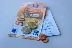 Monety i banknoty k?ama na few kwit Selekcyjna ostro?? zdjęcie stock