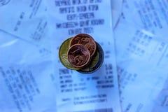 Monety i banknoty k?ama na few kwit Selekcyjna ostro?? fotografia stock