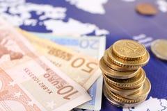 Monety i banknoty na światowej mapie, zbliżenie samochodowej miasta poj?cia Dublin mapy ma?a podr?? obrazy royalty free