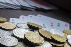Monety i karta do gry zbliżenie Obrazy Stock