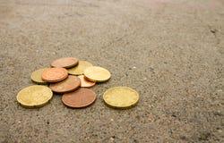 Monety na cementowej podłodze obrazy stock