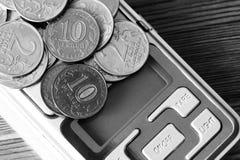 Monety na skala, elektronicznej ważą, pomiarowy instrument obrazy stock