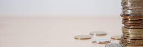 Monety różni kraje, różne przewagi i kolory na stole zdjęcie royalty free
