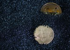 Monety są bitcoin i litecoin obraz stock