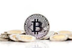 Monety srebro umieszczający na złotym medalu z białym tłem, używać jako biznesowy pojęcie Obrazy Stock