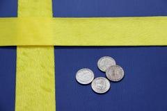 Monety Szwecja na błękitnej PVC skórze z żółtą tkaniną, stawiać jak Szwecja narodu flaga zdjęcia stock