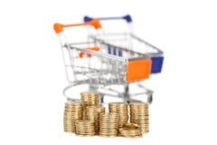 Monety w kolumnie na tło wózek na zakupy ostrość na coi Obraz Stock