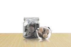 Monety w szklanym słoju na Drewnianej podłoga, savings monety I interesu pojęcia oszczędzania pieniądze pojęcie, - inwestycja, na obraz royalty free