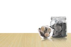 Monety w szklanym słoju na Drewnianej podłoga, savings monety I interesu pojęcia oszczędzania pieniądze pojęcie, - inwestycja, na Fotografia Royalty Free