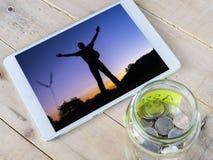 Monety w szklanym słoju z etykietką Zdjęcia Royalty Free