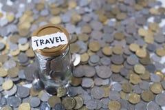 Monety w szklanym słoju z notatka pisać ` oszczędzania ` Obrazy Royalty Free