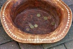 Monety zarabiać w kapeluszu zdjęcia stock