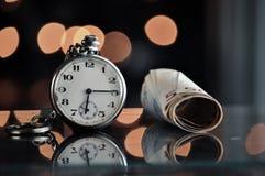 money time владение домашнего ключа принципиальной схемы дела золотистое достигая небо к Стоковые Фотографии RF