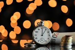money time владение домашнего ключа принципиальной схемы дела золотистое достигая небо к Стоковое фото RF