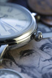 money time Klocka i US dollar - materielbild Arkivfoto