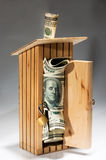 Moneybox de madeira completamente do dinheiro Imagem de Stock