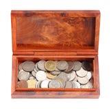 Moneybox de madera abierto con las monedas en el fondo blanco Imagenes de archivo