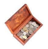 Moneybox de madera abierto con las monedas en el fondo blanco Imagen de archivo libre de regalías