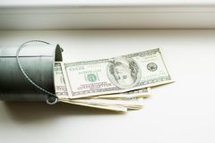 Moneybox dollar i hink på det vita fönstret Ljus bakgrund placera text Top beskådar mycket pengar arkivbilder
