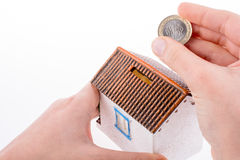 Moneybox en la forma de una casa modelo fotos de archivo