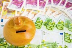 Moneybox op euro rekeningen royalty-vrije stock foto