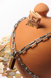 Moneybox s'est fermé avec le cadenas photo stock