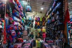 Mong Kok, Hong Kong - Januari 11, 2018: Den olika påsen shoppar in på L Fotografering för Bildbyråer
