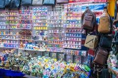 Mong Kok, Hong Kong - Januari 11, 2018: Souvenir shoppar in på knatten Arkivfoto