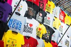 Mong Kok, Hong Kong - Januari 11, 2018: T-tröja shoppar in på Ladie Fotografering för Bildbyråer